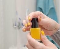 Spikar öppet övre för kvinna en guling polermedel royaltyfri foto