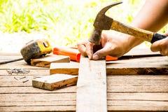 Spikar den gammalt hammaren för bakgrundshantverkarehjälpmedlet med måttband och litet och utomhus- sikt för såg och för arbete B Arkivfoton