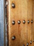 Spikar den halvöppna dörren för antikviteten med brons arkivbild