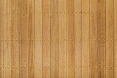 Spikar den wood panelen för teakträt med mässing Royaltyfri Fotografi