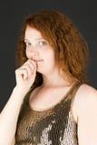 Spikar det bting fingret för den nervösa modellen Royaltyfri Foto