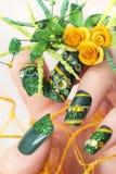 Spikar grön akryl för designen med gula rosor royaltyfria foton