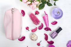 Spikar kosmetisk flaskdoft för blommor polermedel Arkivbild