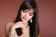 Spikar manikyr Stående för skönhetflickabrunett Guld- je för mode royaltyfri fotografi