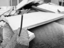 Spikar och gammalt bräden, reparationer och skräp arkivfoto