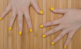 spikar yellow Arkivfoton