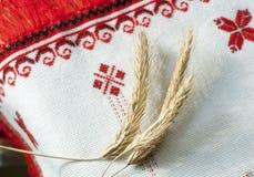Spikelets του σίτου στην κεντημένη πετσέτα Στοκ Εικόνες