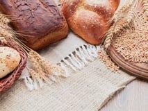 Spikelets de Rye, pão integral, bolo na cesta Lona, serapilheira, w Imagens de Stock Royalty Free
