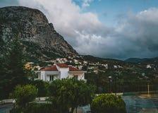 Spili Creta, Grecia agosto de 2018: Opinión de la noche hacia el pueblo de los withmountains de Spili durante puesta del sol fotografía de archivo