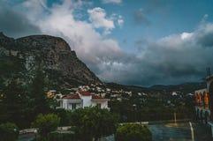 Spili Kreta, Griekenland Augustus 2018: Nachtmening naar het dorp van Spili met bergen tijdens zonsondergang Stock Foto's