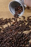 Spill ut av kaffebönor från koppen Fotografering för Bildbyråer