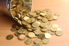 Spilld hink av guld- mynt Royaltyfri Fotografi