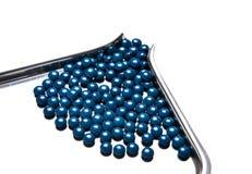 Spillda pills från receptflaskan som isoleras på vit bakgrund Arkivbilder