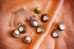 Spille e bottoni di sicurezza Fotografia Stock