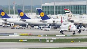 SPILLI l'aereo di Air Portugal sulla pista nell'aeroporto di Monaco di Baviera, Germania