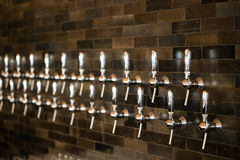 Spilli le maniglie a Taphouse fotografie stock