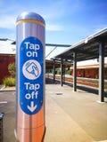 Spilli su e spilli fuori dal lettore di schede opalino elettronico di viaggio alla stazione ferroviaria di Arncliffe immagini stock