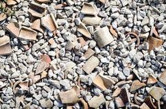 Spillror belägger med tegel, stycken, stenar, kiselstenar Arkivfoto