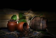 Spillt kaffe på en svart bakgrund Arkivbilder
