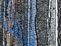 Spillt och att drypa målarfärg på en grå vägg Royaltyfri Fotografi