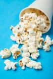Spillt popcorn från en pappers- kopp royaltyfria bilder