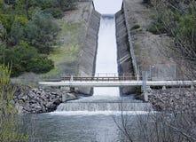 Spillway alla diga dei connett. nella contea di Napa, CA Immagine Stock Libera da Diritti
