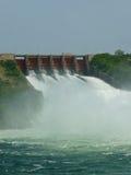 Spillway som är öppen på Ghana den Akosombo fördämningen arkivfoto