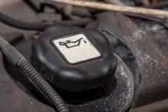 Spina del motore diesel per il bacino petrolifero Motore automobilistico diesel dell'olio Olio per motori di versamento su superf fotografia stock