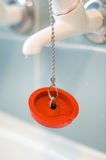 Spina di gomma rossa del bagno sulla catena Immagine Stock Libera da Diritti