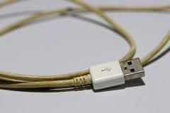 Spina utilizzata di USB con cavo sui precedenti bianchi immagine stock libera da diritti