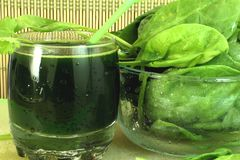 Spinach juice and spinach Stock Photography