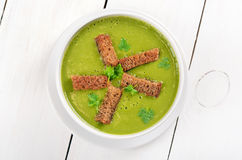 Spinach soup with dried crusts Royalty Free Stock Photography
