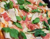 Spinaci con carne e lo zucchini su pizza Fotografia Stock Libera da Diritti