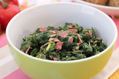 Spinaci con pancetta affumicata Fotografia Stock