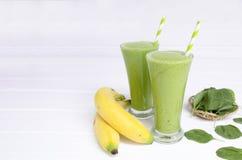 Spinaci della banana, succo dei frullati e bevanda verde del succo sani immagini stock
