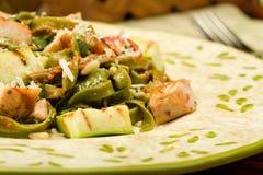 Spinaci Fettucini con il pollo e le verdure Fotografia Stock Libera da Diritti
