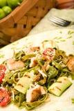 Spinaci Fettucini con il pollo e le verdure Immagine Stock