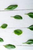 Spinaci verdi su fondo di legno bianco detox Alimento sano Vista superiore Copi lo spazio Fotografia Stock