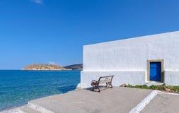 Spinalonga-Ansicht von einer Bank in Plaka, Kreta Lizenzfreie Stockfotografie