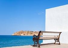 Spinalonga-Ansicht von einer Bank in Plaka, Kreta Lizenzfreies Stockfoto