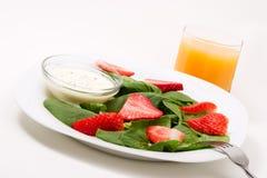 Spinat und Erdbeeresalat lizenzfreies stockbild