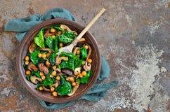 Spinats- und Pilzsalat Lizenzfreies Stockfoto