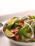 Spinatsalat mit Speck Stockbild