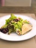 Spinatskrepps mit Lachs- und Salatmischung Stockfoto