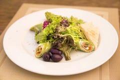 Spinatskrepps mit Lachs- und Salatmischung Lizenzfreies Stockfoto