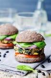 Spinatsmaisburger der schwarzen Bohne der Quinoa mit Crus Brötchen der schwarzen Bohnen Stockfotos