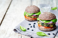 Spinatsmaisburger der schwarzen Bohne der Quinoa mit Crus Brötchen der schwarzen Bohnen Lizenzfreies Stockbild