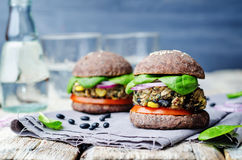 Spinatsmaisburger der schwarzen Bohne der Quinoa mit Crus Brötchen der schwarzen Bohnen Stockfotografie