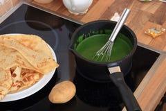 Spinazie die in een pan wordt gekookt Stock Foto's