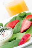 Spinazie en aardbeiensalade stock afbeelding